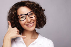 Портрет усмехаясь говорить телефона бизнес-леди и О'КЕЙ выставки стоковая фотография