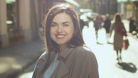 Портрет усмехаясь девушки сток-видео