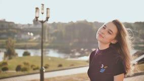 Портрет усмехаясь девушки на предпосылке города на летний день акции видеоматериалы