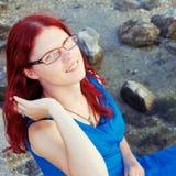 Портрет усмехаясь девушки с красными волосами стоковые изображения