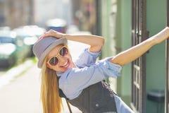 Портрет усмехаясь девушки битника на улице города Стоковые Изображения