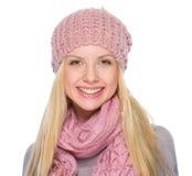 Портрет усмехаясь девушки в одеждах зимы Стоковое Изображение RF