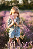 Портрет усмехаясь девушки в поле лаванды Стоковое Изображение RF