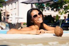 Портрет усмехаясь девушки в солнечных очках Стоковые Изображения