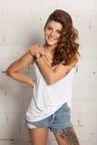 Портрет усмехаясь девушки в стиле oldschool Белая не изолированная кирпичная стена, Стоковые Фотографии RF