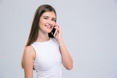 Портрет усмехаясь девушки говоря на телефоне Стоковая Фотография