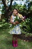 Портрет усмехаясь девушки держа букет цветков Стоковая Фотография