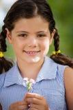 Портрет усмехаясь девушки держа цветок Стоковое Изображение RF