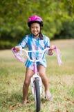 Портрет усмехаясь девушки ехать велосипед Стоковые Изображения