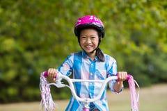 Портрет усмехаясь девушки ехать велосипед Стоковые Фото