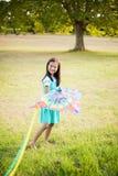 Портрет усмехаясь девушки играя с змеем в парке Стоковое Изображение RF