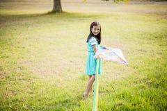Портрет усмехаясь девушки играя с змеем в парке Стоковое фото RF