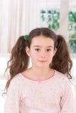 Портрет усмехаясь девушки она носит лоскутные одеяла с Стоковое Фото