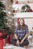 Портрет усмехаясь девушки подростка в шляпе santa около рождества стоковая фотография