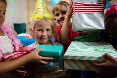 Портрет усмехаясь девушки получая подарки от друзей Стоковое Фото