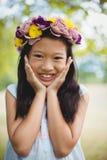 Портрет усмехаясь девушки представляя в парке Стоковые Фотографии RF