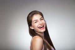 Портрет усмехаясь девушки представляя на камере Стоковое Изображение RF