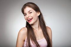 Портрет усмехаясь девушки представляя на камере Стоковая Фотография
