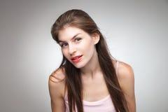Портрет усмехаясь девушки представляя на камере Стоковое Изображение