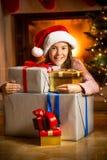 Портрет усмехаясь девушки представляя с подарками на рождество Стоковое Изображение RF