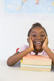 Портрет усмехаясь девушки с книгами в классе Стоковое фото RF