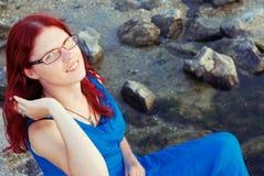 Портрет усмехаясь девушки с красными волосами стоковое фото