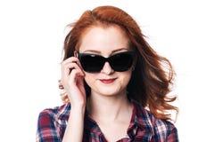 Портрет усмехаясь девушки с солнечными очками Стоковые Фотографии RF