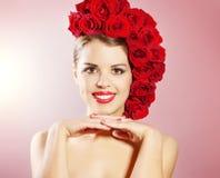 Портрет усмехаясь девушки с стилем причёсок красных роз Стоковое фото RF