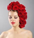 Портрет усмехаясь девушки с стилем причёсок красных роз Стоковые Изображения RF