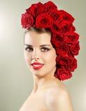 Портрет усмехаясь девушки с стилем причёсок красных роз Стоковая Фотография RF
