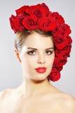 Портрет усмехаясь девушки с стилем причёсок красных роз Стоковое Изображение RF