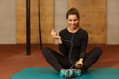 Портрет усмехаясь девушки фитнеса с mp3 плэйер Стоковые Изображения