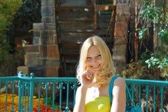 Портрет усмехаясь девушки стоковое фото