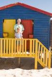 Портрет усмехаясь деда и мальчика стоя на хате пляжа Стоковая Фотография RF