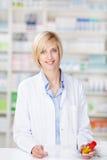 Портрет усмехаясь женского аптекаря стоковое фото