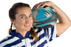 Портрет усмехаясь женского игрока держа шарик рэгби Стоковое Фото