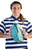 Портрет усмехаясь женского игрока держа шарик рэгби Стоковая Фотография RF