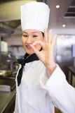 Портрет усмехаясь женского кашевара показывать одобренный знак Стоковые Фото