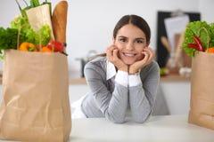 Портрет усмехаясь женщины варя в ее кухне Стоковое Фото