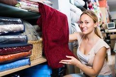 Портрет усмехаясь женщины выбирая одеяло Стоковое Изображение RF