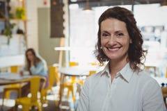Портрет усмехаясь женщины в кафе Стоковая Фотография RF