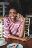Портрет усмехаясь женщины говоря на мобильном телефоне Стоковое Изображение RF