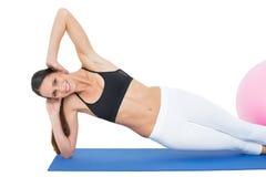 Портрет усмехаясь женщины делая тренировку фитнеса Стоковые Изображения RF