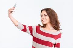 Портрет усмехаясь женщины делая фото selfie Стоковое фото RF