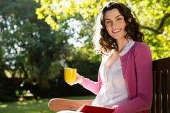 Портрет усмехаясь женщины имея чашку кофе Стоковые Фото