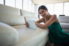 Портрет усмехаясь женщины используя цифровую таблетку Стоковые Фото