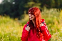Портрет усмехаясь женщины и с рюкзаком Стоковое Фото