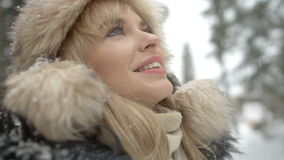 Портрет усмехаясь женщины наслаждаясь wintertime сток-видео
