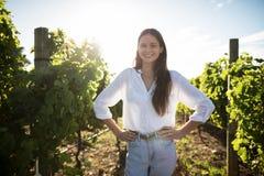 Портрет усмехаясь женщины на винограднике Стоковые Изображения