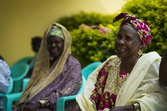 Портрет усмехаясь женщины на встрече общины в городе Бисау, Гвинеи-Бисау Стоковые Изображения
